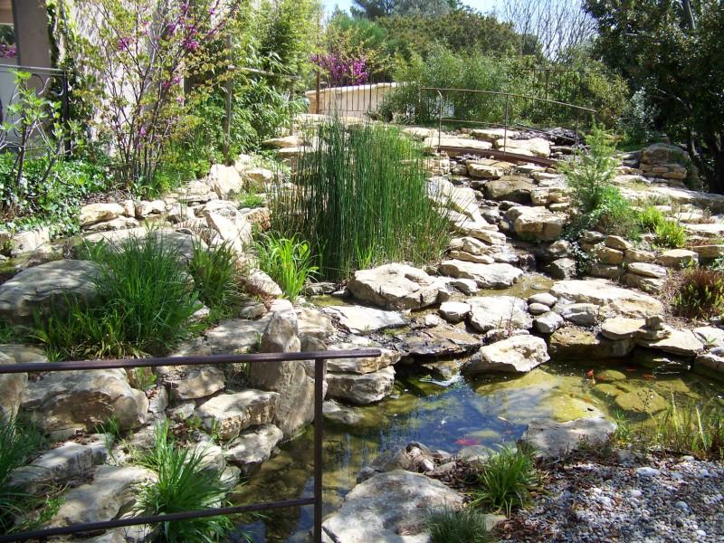 Cascades et bassins sur le jardin du belleouve la for Bassin de jardin en pierre